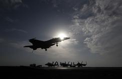 Un avion de combat américain atterrit sur le porte-avions U.S.S. Dwight D. Eisenhower, qui soutient l'effort de guerre américain contre l'État islamique.