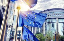 Le traité de Maastricht prévoit la création de l'euro, une coopération désormais codifiée en matière de police et de justice comme de politique étrangère et de défense ainsi que la création d'une citoyenneté européenne.