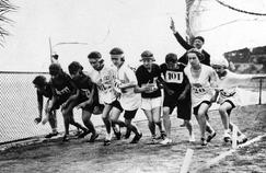 Les femmes se bousculent pour prendre le départ du 800 mètres aux Jeux Olympiques de 1923 à Monaco.