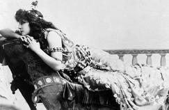 Sarah Bernhardt dans le rôle de Cléopâtre en 1891.