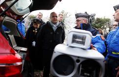 Bruno Le Roux, le ministre de l'Intérieur, avec des gendarmes à Martainville-Epreville, en Normandie, le 30 décembre 2016.