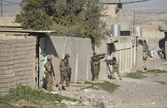 Les unités de la Force de réaction rapide progressent dans le village d'Albou Seif, lundi au sud de Mossoul.