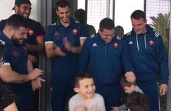 Les rugbymen français à la rencontre des jeunes enfants malades de l'hôpital Lenval, à Nice.
