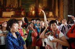 Les Chinois apprécient particulièrement la gastronomie, l'art de vivre et le patrimoine de la France (ici un groupe de touristes en visite au château de Versailles).