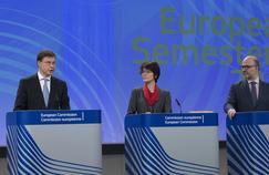 Valdis Dombrovskis(à gauche), vice-président de la Commission européenne, lors d'une conférence de presse avec Marianne Thyssen, commissaire aux Affaires sociales et à l'Emploi, et Pierre Moscovici, commissaire aux Affaires économiques et monétaires,mercredi à Bruxelles.