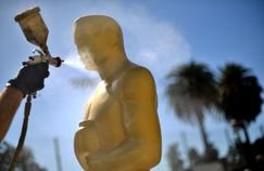 Les statues des Oscars se font une beauté à quatre jours de la 89e cérémonie à Los Angeles, en Californie.