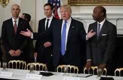 Accompagné de Jared Kushner, Donald Trump a rencontré Juan Luciano (à gauche), directeur général d'Archer Daniels Midland, et Kenneth Frazier (à droite), directeur général de Merck, jeudi, à la Maison-Blanche.