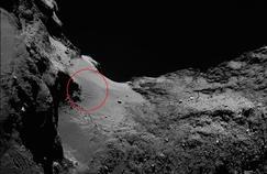 Des dunes espacées d'une vingtaine de mètres de crète à crète sont visibles dans le «cou» de la comète, sur des terrains plus clairs, ici au centre-gauche de l'image.