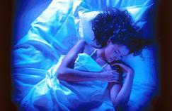 30 % des Français dorment moins de 6 heures par nuit, en deçà du seuil réparateur. Ce déficit s'ajoute à des journées plus stressantes.