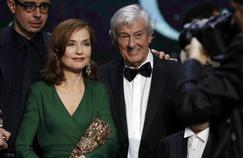 Isabelle Huppert remporte le prix de la meilleure actrice dans «Elle» du réalisateur néerlandais Paul Verhoeven, lors de la 42e édition de la cérémonie du César à la Salle Pleyel à Paris le 24 février 2017.