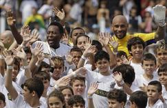 dson «Edinho» Cholbi do Nascimento, en maillot jaune sur la photo aux côtés de son père Pelé en 2012.