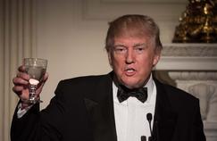 Donald Trump propose un toast lors d'un dîner à la Maison Blanche, le 26 février 2017. Pas sûr qu'il trinque aux succès de Hollywood.