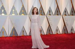 Isabelle Huppert est arrivée sur le tapis rouge le plus célèbre du cinéma mondial en robe longue champagne, fluide, toute en strass, parée d'une fine ceinture. Une création Armani.