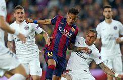 Neymar entouré des Parisiens lors du match Barcelone-PSG en avril 2015 en Ligue des champions.