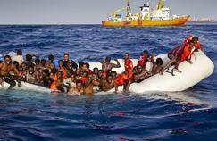 Une embarcation de migrants près des côtes de lampedusa.