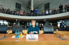 Angela Merkel avant d'être interrogée par la commission d'enquête du Bundestag, le 8 mars, à Berlin. Devant les parlementaires, la chancelière a nié avoir su quoi que ce soit des pratiques frauduleuses de Volkswagen.