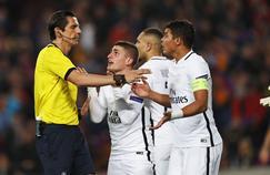 Les joueurs parisiens contestent une décision arbitrale pendant la rencontre Barcelone-Paris SG.