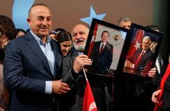 En meeting à Metz dimanche, le ministre turc des Affaires étrangères, Mevlut Cavusoglu, a posé à côté du portrait de Recep Tayyip Erdogan.