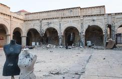 La cour de la cathédralede l'Immaculée-Conception,située dans le centre de Qaraqosh,utilisée comme stand d'exercice de tirs par les djihadistes, n'a pas changé depuis leur départ.