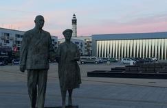 Statue du général de Gaulle et de sa femme, à Calais (Pas-de-Calais)