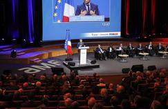 À Paris, des maires écoutent jeudi Emmanuel Macron qui préconise la suppression de la taxe d'habitation.