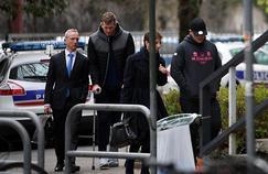 Denis Coulson (à droite) et Chris Farrell (à gauche) avec leur avocat lors de leur arrivée à l'Hôtel de police de Grenoble