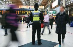 Patrouille de sécurité à Victoia Sation, jeudi, à Londres. 92% des membres des forces de l'ordre britanniques ne pas armées. D'aucuns s'interrogent sur cette tradition à l'heure des menaces terroristes.