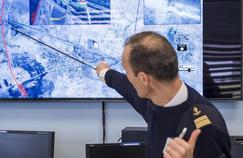 Un officier de la Direction du renseignement militaire, à Creil (60), montre une image satellite des abords de Mossoul.