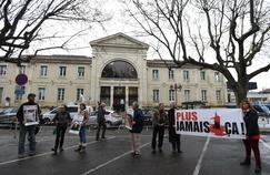 Des militants de l'association L214 devant le tribunal d'Alès, ce jeudi, à l'ouverture du procès.