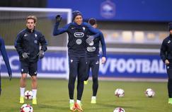 Antoine Griezmann (à gauche) et Kylian Mbappé (à au centre) lors de l'entraînement de l'équipe de France à Clairefontaine