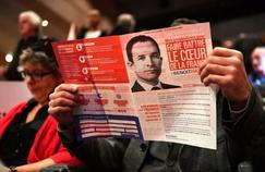 Un supporteur de Benoît Hamon lit ses propositions, le 10 janvier à Montpellier, lors d'un meeting avant la primaire de la gauche.