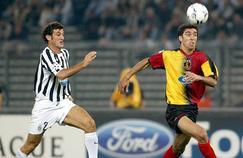 Hakan Sükür (à droite) sous les couleurs de Galatasaray en Ligue des champions face à la Juventus .