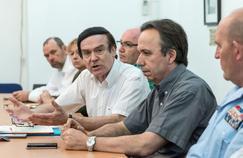 Le préfet Jean-François Cordet (au centre), lors d'une conférence de presse à Cayenne, dimanche.