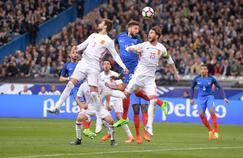 Sergio Ramos et Gerard Piqué à la lutte avec Olivier Giroud sur un ballon aérien