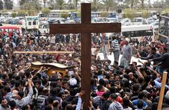 Un cortège funèbre en hommage à une victime de l'attentat d'une église copte à Alexandrie.