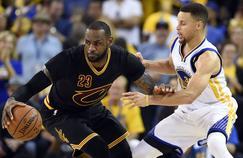LeBron James (à gauche) face à Stephen Curry.