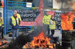 Des salariés manifestent leur colère devant l'usine Whirlpool, mercredi à Amiens.
