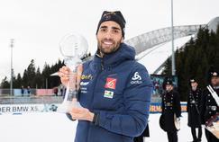 Martin Fourcade et son trophée remporté à la Coupe du monde de biathlon en 2017