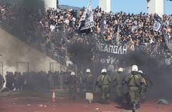 Les policiers faisant face aux heurts entre «fans» des deux équipes