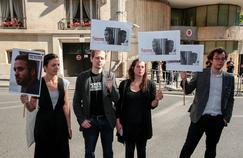 Avec des membres de Reporters sans frontières, Danièle Van de Lanotte, la mère de Mathias Depardon, s'est présentée jeudi devant l'ambassade turque à Paris pour demander la «libération immédiate» de son fils.