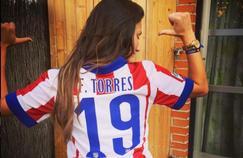 Adriana Pozueco, maillot de l'Atlético de Madrid sur le dos