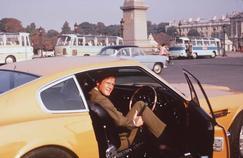 Roger Moore, place de la Concorde à Paris, incarnant Brett Sinclair dans «Amicalement vôtre».