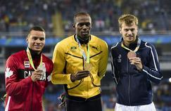 Christophe Lemaitre à droite sur la photo avec sa médaille olympique du 200 m.
