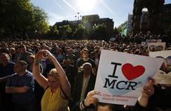 Des milliers de personnes se sont rassemblées, ce mardi en fin de journée à Manchester, sur Albert Square, pour rendre hommage aux nombreux morts et blessés de l'attentat.