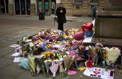 Des fleurs déposées en hommage aux victimes de l'attentat, dans le centre de Manchester.