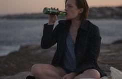 Elisabeth Moss retrouve le costume de Robin Griffin, lieutenant de police traumatisée par un viol.