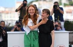 Laetitia Dosch (à droite) est le personnage principal du premier film de Léonor Serraille (à gauche), «Jeune femme».