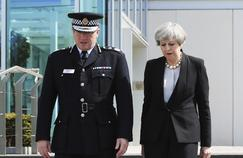 Le chef de la police de Manchester Ian Hopkins et Theresa May, mardi à Manchester.