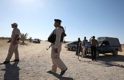 Les forces de sécurité patrouillent sur le lieu de l'attaque contre des chrétiens, vendredi, sur la route du monastère Saint-Samuel.