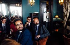 Édouard Philippe au côté de Mounir Mahjoubi (au premier plan), secrétaire d'État au Numérique et candidat aux législatives pour La République en marche, vendredi, dans un café du XIXe arrondissement de Paris.